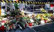 Flowers at Frankfurt's main railway station. (© picture-alliance/dpa)
