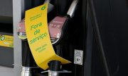 At a filling station in Lisbon that has run out of petrol because of the strike. (© picture-alliance/dpa)