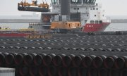 Pipes for Nord Stream 2 are loaded onto a ship in Sassnitz, Germany, on 12 December 2019. (© picture-alliance/dpa)