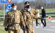 Security forces at a quarantine checkpoint in Lombardy, northern Italy. (© picture-alliance/dpa)