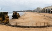 Menschenleerer Strand in Biarritz. (© picture-alliance/dpa)