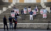 Shop owners demonstrating for more government aid on 13 May in Rome. (© picture-alliance/dpa)