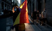 A woman in Madrid carrying a Second Spanish Republic flag. (© picture-alliance/dpa)
