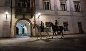Mounted police officers enforcing the night curfew in Maribor, Slovenia. (© picture-alliance/dpa)
