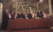 Vaclav Havel, Joszef Antall and Lech Wałęsa (from left) sign the Visegrád Declaration. (© picture-alliance/Jan Morek)