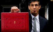 Rishi Sunak et la budget box, dans laquelle le chancelier de l'Echiquier transporte des documents officiels. (© picture-alliance/dpa)