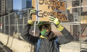 A demonstrator outside the court building in Minneapolis on 29 March 2021. (© picture-alliance/Christopher Mark Juhn)