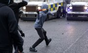 Young rioters on April 8 in Belfast. Politicians on both sides condemned the violence. (© picture-alliance/Peter Morrison)