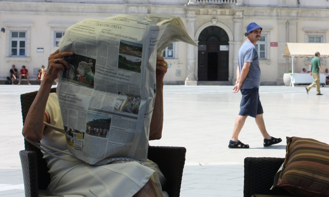 A newspaper reader in Piran. (Flickr, Greta Hughson, CC BY-NC 2.0)