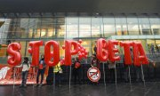 Activists demonstrating against Ceta in Luxembourg. (© picture-alliance/dpa)
