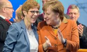Saarland's Minister-President Annegret Kramp-Karrenbauer (CDU) and Chancellor Angela Merkel. (© picture-alliance/dpa)