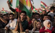 A crowd in Erbil listens to a speech by Kurdish President Barzani. (© picture-alliance/dpa)