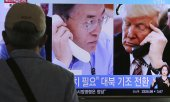 South Korean television reporting a telephone conversation between US President Donald Trump and South Korean President Moon Jae-in on the North Korea crisis. (© picture-alliance/dpa)