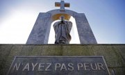 Statue of Pope John Paul II in the French town of Ploërmel. (© picture-alliance/dpa)