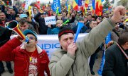 Workers at the Dacia plant in Mioveni demonstrate against the new law. (© picture-alliance/dpa)