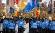 Romanians demonstrating against the judicial reform outside the parliament building. (© picture-alliance/dpa)