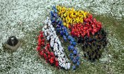 Schoolchildren formation in the colours of the French and German flags. (© picture-alliance/dpa)