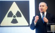Israeli Prime Minister Benjamin Netanyahu presenting purported secret documents. (© picture-alliance/dpa)