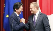 Japan's Prime Minister Shinzō Abe and EU Council President Donald Tusk after signing the free trade deal on 17 July 2018. (© picture-alliance/dpa)
