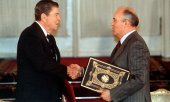 Reagan (left) and Gorbachev on 1 June 1988 in Moscow after ratifying the INF treaty. (© picture-alliance/dpa)