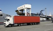 A lorry in Calais in front of the ferry to Dover. (© picture-alliance/dpa)