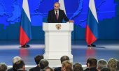 Putin in the Gostiny Dvor assembly hall in Moscow. (© picture-alliance/dpa)