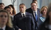 Orbán (centre) on the way to the EPP session on March 20, 2019. (© picture-alliance/dpa)