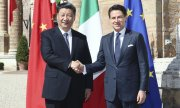Chinese President Xi Jinping and Italian PM Giuseppe Conte shaking hands on their deal. (© picture-alliance/dpa)