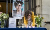 A guest signing a book of condolences after a memorial service in Belfast. (© picture-alliance/dpa)