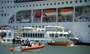The MSC Opera and the rammed tourist boat in the Venice harbour. (© picture-alliance/dpa)
