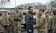 US ambassador Grenell with US soldiers at a barracks in Saxony-Anhalt in February 2019. (© picture-alliance/dpa)