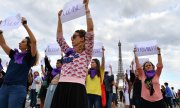 Activists near Paris's Eiffel Tower calling attention to the murdered women. (© picture-alliance/dpa)