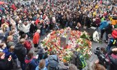 People gathered at the market place in Halle to protest violence and mourn. (© picture-alliance/dpa)