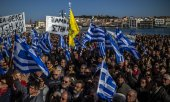 Demonstrators on the Greek island of Lesbos. (© picture-alliance/dpa)