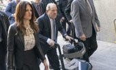 Weinstein and his lawyer Donna Rotunno arrive at the courthouse. (© picture-alliance/dpa)