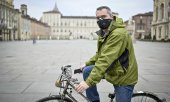 A cyclist in the deserted centre of Turin. (© picture-alliance/dpa)