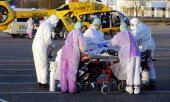 An infected patient being transferred from Metz in France to Homburg in Germany on 24 March 2020. (© picture-alliance/dpa)