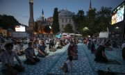 Thousands gathered for the Friday prayers inside and outside the Hagia Sophia. (© picture-alliance/dpa)