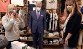 Belgian King Philippe was already wearing a mask during a visit to a shop in May. (© picture-alliance/dpa)