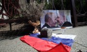 A still life placed outside the Russian embassy in Kyiv for Lukashenka's birthday on August 30. (© picture-alliance/dpa)