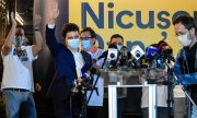 Bucharest's new mayor Nicușor Dan being cheered by supporters. (© picture-alliance/dpa)