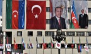Turkish and Azerbaijani flags and portraits of the countries' presidents on a building in Ankara. (© picture-alliance/dpa)