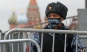 An officer of the National Guard in Moscow in early November 2020. (© picture-alliance/dpa/Sergei Savostyanov)