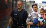 An Afghani family arriving at the train station in the Bavarian town of Rosenheim. (© picture-alliance/dpa)