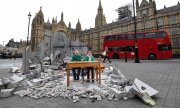 Two Syrian refugee children from Aleppo in the mock-up of a bombed school outside the British parliament buildings. (© picture-alliance/dpa)