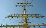 Sailors on the mast of the Romanian tall ship Mircea. (© picture-alliance/dpa)