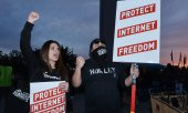 Demonstrators outside the FCC building in Washington. (© picture-alliance/dpa)