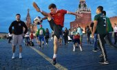 Russian football fans on the Red Square in Moscow. (© picture-alliance/dpa)