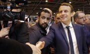 Macron in March 2017, accompanied by his security aide Alexandre Benalla. (© picture-alliance/dpa)