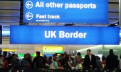 Soon everyone will join the same queue for passport control when entering the UK. (© picture-alliance/dpa)